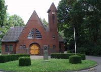 1280px-Nieuwe_Algemene_Begraafplaats_Meeuwenlaan_Woerden_Aula.jpg