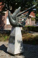 Maastricht_-_oorlogsmonument_Schildersplein_-_opvliegende_vogel_-_Jean_Sondeijker_1951_20100814.jpg