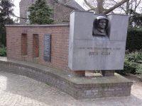 1280px-Echt_(Limburg)_oorlogsmonument_joden_uit_Echt_en_Edith_Stein.jpg
