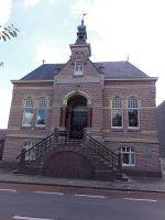 450px-Beneden-Leeuwen_Rijksmonument_523084_Voorm._gemeentehuis_Zandstraat_55.jpg